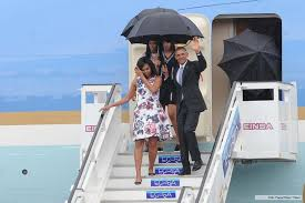 Obama y su familia bajando del Air Force One, en La Habana