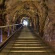 Tunel con escalera y pasamano