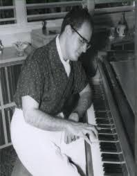 Aurelio en el piano, en una de sus composiciones