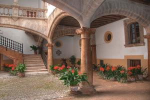 patio interior con arcos de medio punto
